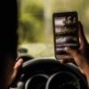 【ナビ・イヤホンもNG?】ながら運転の罰則強化を解説